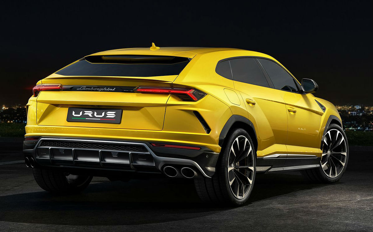 The falling roofline of the Urus, interacts with the middle end, cornering around the tail lamp.