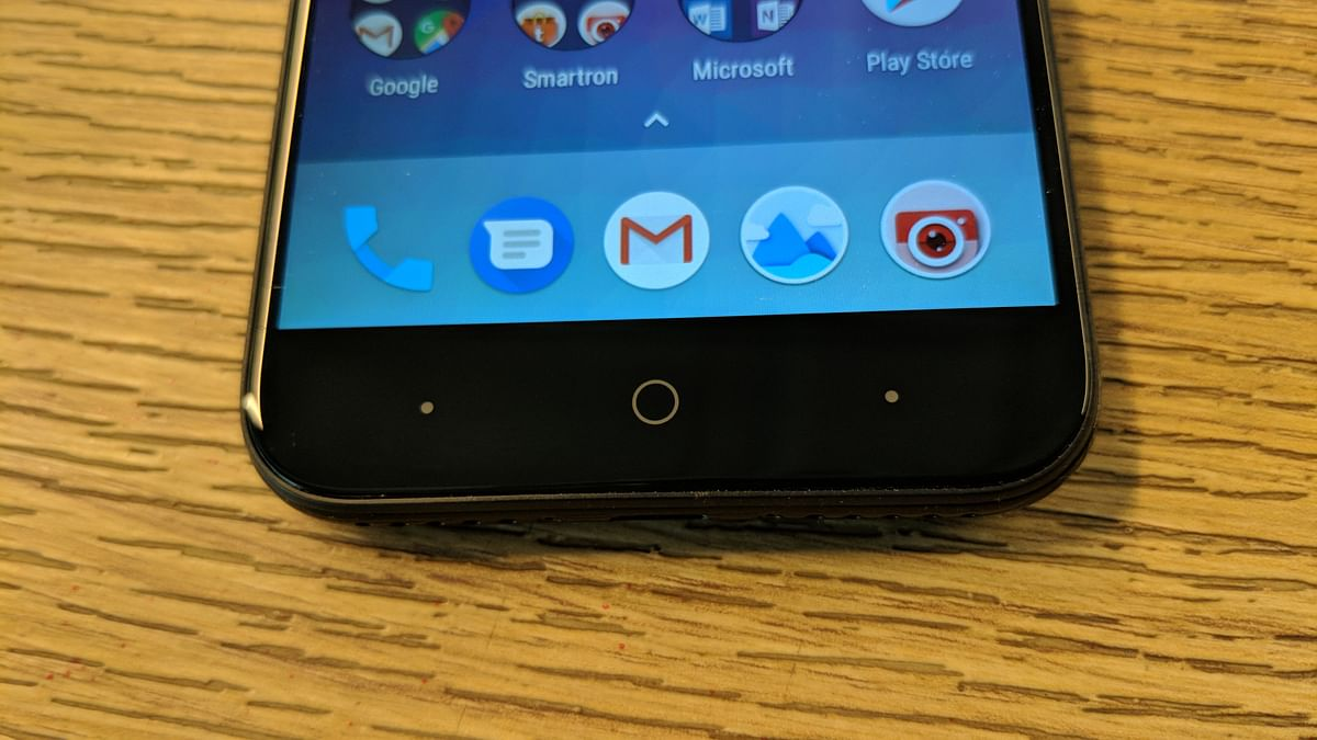 Soft touch buttons to navigate the phone.