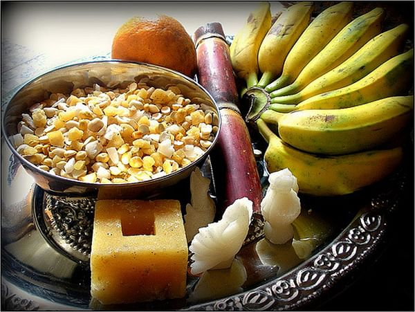 A gifting tray complete with sugar figurines, <i>ellu-bella</i> mixture, fruits and sugarcane.&nbsp;