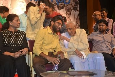Freedom fighter HS Doreswamy with film-maker Kavitha Lankesh, Gujarat MLA Jignesh Mevani and former JNU students.