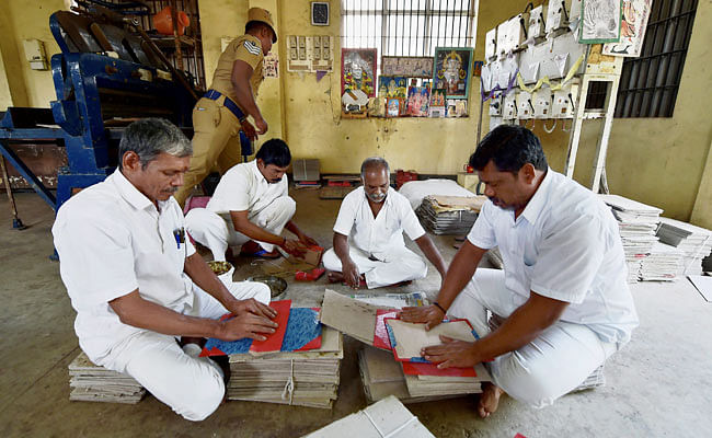 TN Jail Prisoners Are Turning Demonetised Notes Into Stationary