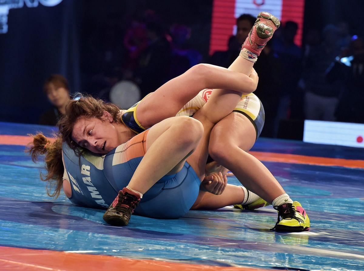 Mumbai's French wrestler Cynthia Vescan (in white) defeated Delhi's Egyptian wrestler Samar Amer Hamza in the 76 kg women's category.