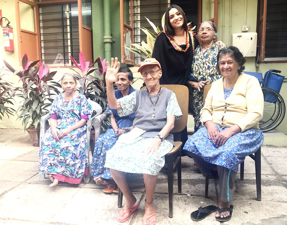 Ankita poses with the residents for a photograph.