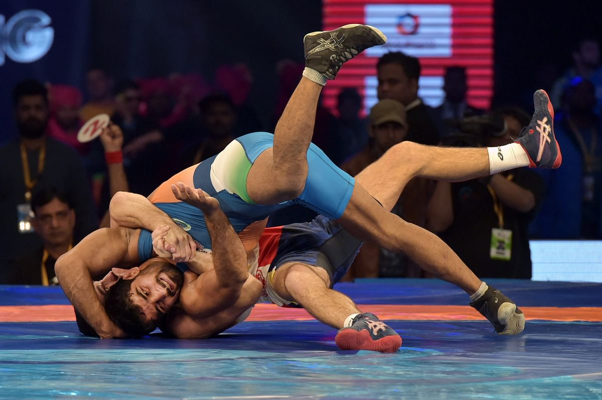 Sandeep Tomar of Delhi Sultans (in blue) won the first bout of the evening against Yatsenko Andrey of Mumbai Maharathi.