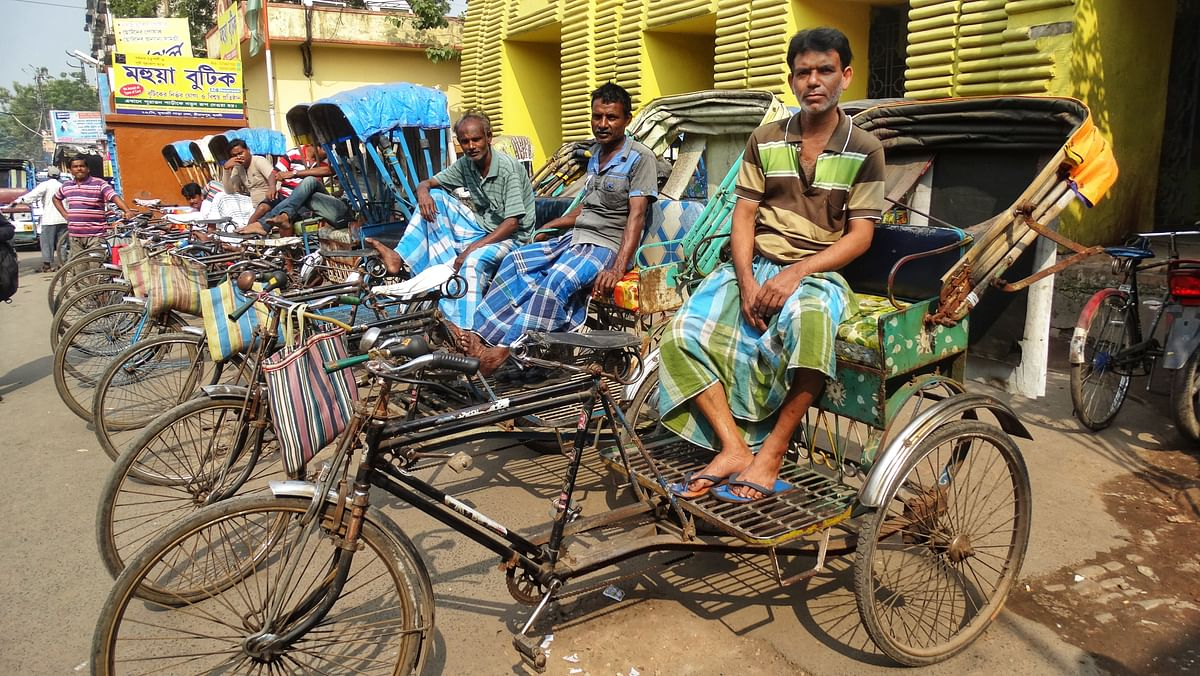 I get down at the station and quickly hitch myself a ride on the local rickshaws.