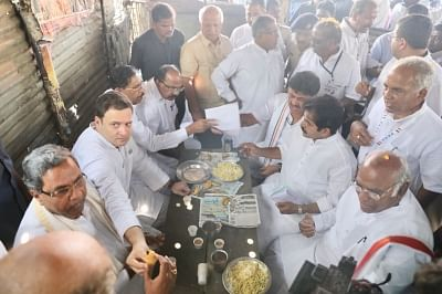 Bengaluru: Congress President Rahul Gandhi enjoys pakodas with Karnataka Chief Minister Siddaramaiah and other party leaders during the third day of