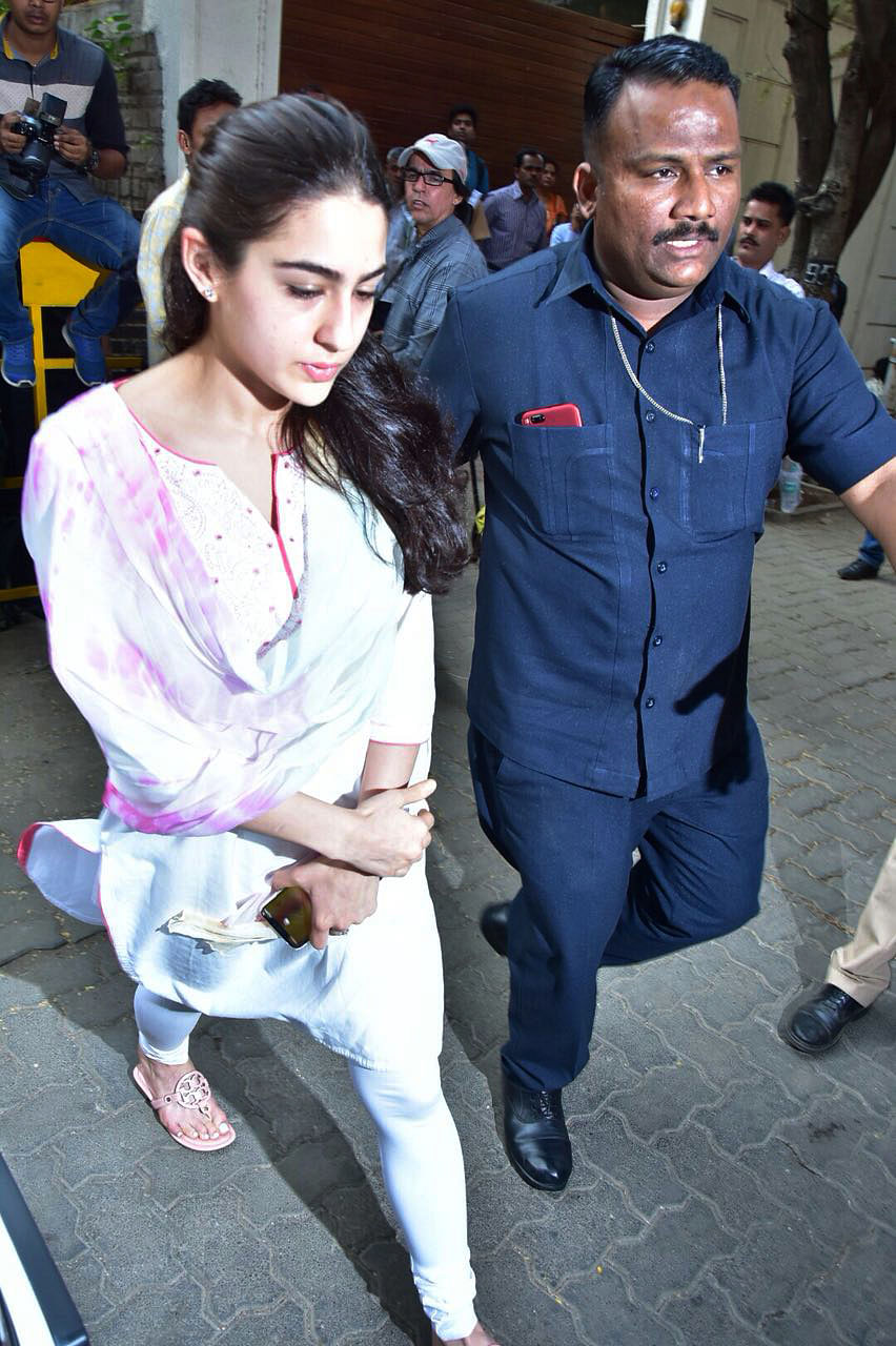 Sara Ali Khan makes her way towards Anil Kapoor's residence.