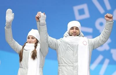 PYEONGCHANG, Feb. 14, 2018 (Xinhua) -- Bronze medalists Olympic athletes from Russia Anastasia Bryzgalova (L) and Aleksandr Krushelnitckii celebrate during medal ceremony of the mixed doubles event of curling at 2018 PyeongChang Winter Olympic Games at the Medal Plaza in PyeongChang, South Korea, on Feb. 14, 2018. (Xinhua/Wu Zhuang/IANS)