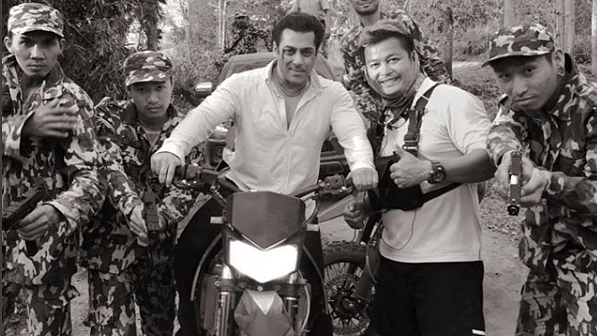 Salman Khan poses with his co-stars on the sets of <i>Race 3</i>.