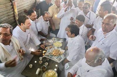 Rahul munches on 'pakodas, bhajjis' in north Karnataka town