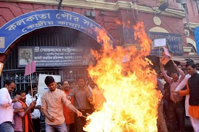Kolkata: BJYM activists stage a demonstration against supply of contaminated water in front Kolkata Municipal Corporation head office in Kolkata on Feb 13, 2018. (Photo: IANS)