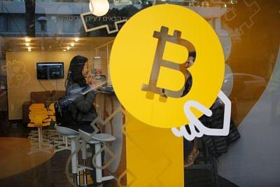 TEL AVIV, Jan. 8, 2018 (Xinhua) -- A woman buys Bitcoin at Bitcoin Change in Tel Aviv, Israel, on Jan. 8, 2018. (Xinhua/Gil Cohen Magen/IANS)