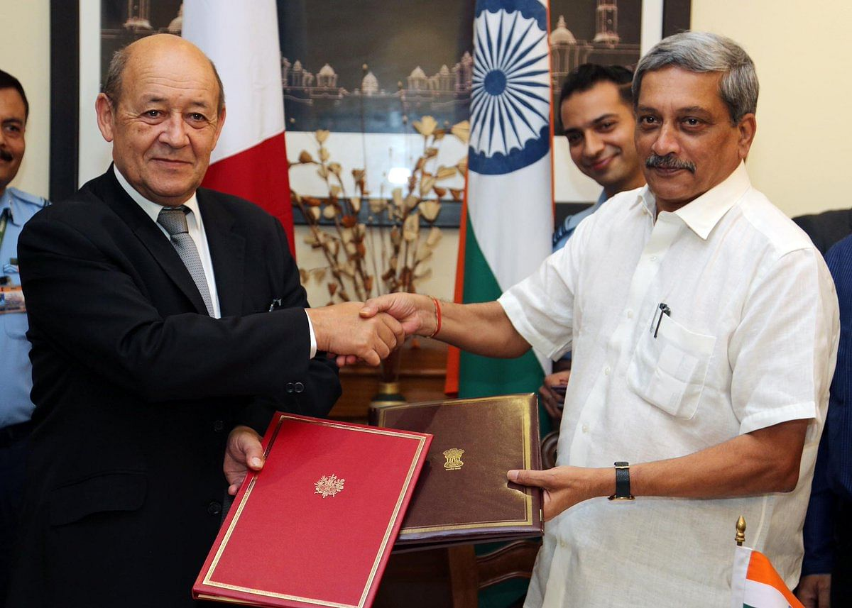 Former Defence Minister Manohar Parrikar exchanging the Rafale contract document with his French counterpart Jean-Yves Le Drian.