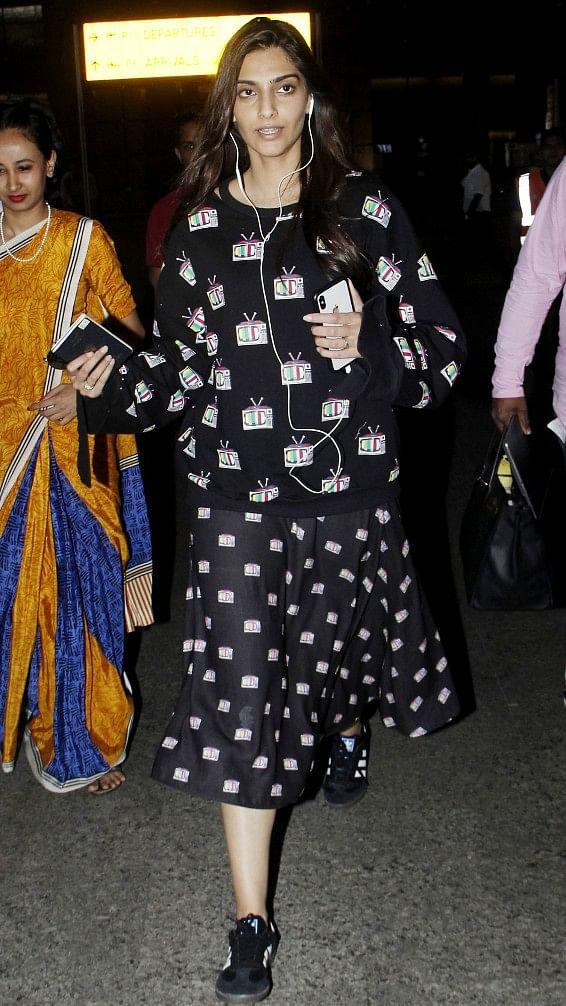 Sonam Kapoors nails monochrome look.
