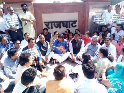New Delhi: BJP workers led by Delhi BJP chief Manoj Tiwari participate in a prayer meeting as a demonstration against the Delhi governoment at Raj Ghat in New Delhi on Feb 26, 2018. (Photo: IANS)