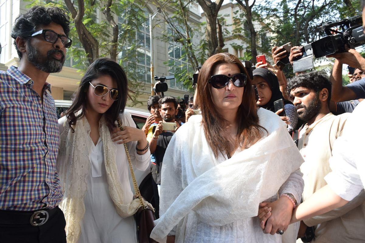 Sarika arrives along with Shruti Haasan.