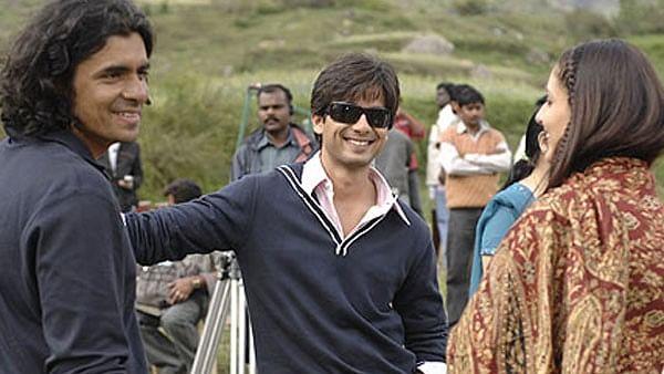 Shahid, Imtiaz and Kareena on the sets of <i>Jab We Met</i>.&nbsp;