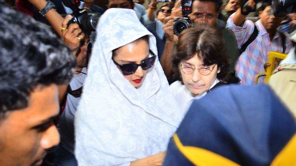 Veteran Actor Rekha pays a visit to Kapoor family.