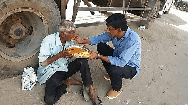 #GoodNews: This Hyderabad Man Feeds the Poor Two Rotis Every Day