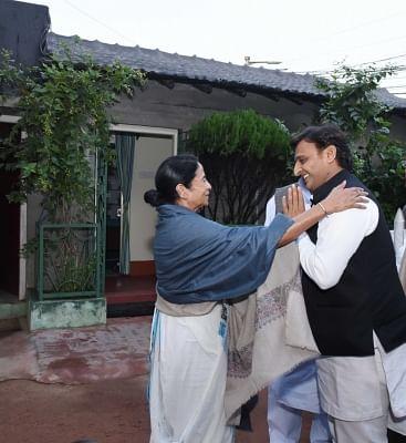 Kolkata: Samajwadi Party (SP) chief Akhilesh Yadav calls on West Bengal Chief Minister Mamata Banerjee in Kolkata on Dec 2, 2017. (Photo: IANS)