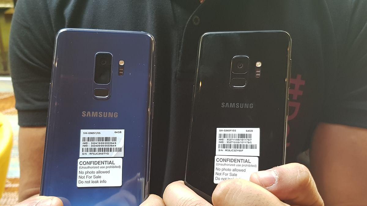 Samsung Galaxy S9+ with dual rear cameras (left), Galaxy S9 with a single rear camera (right).