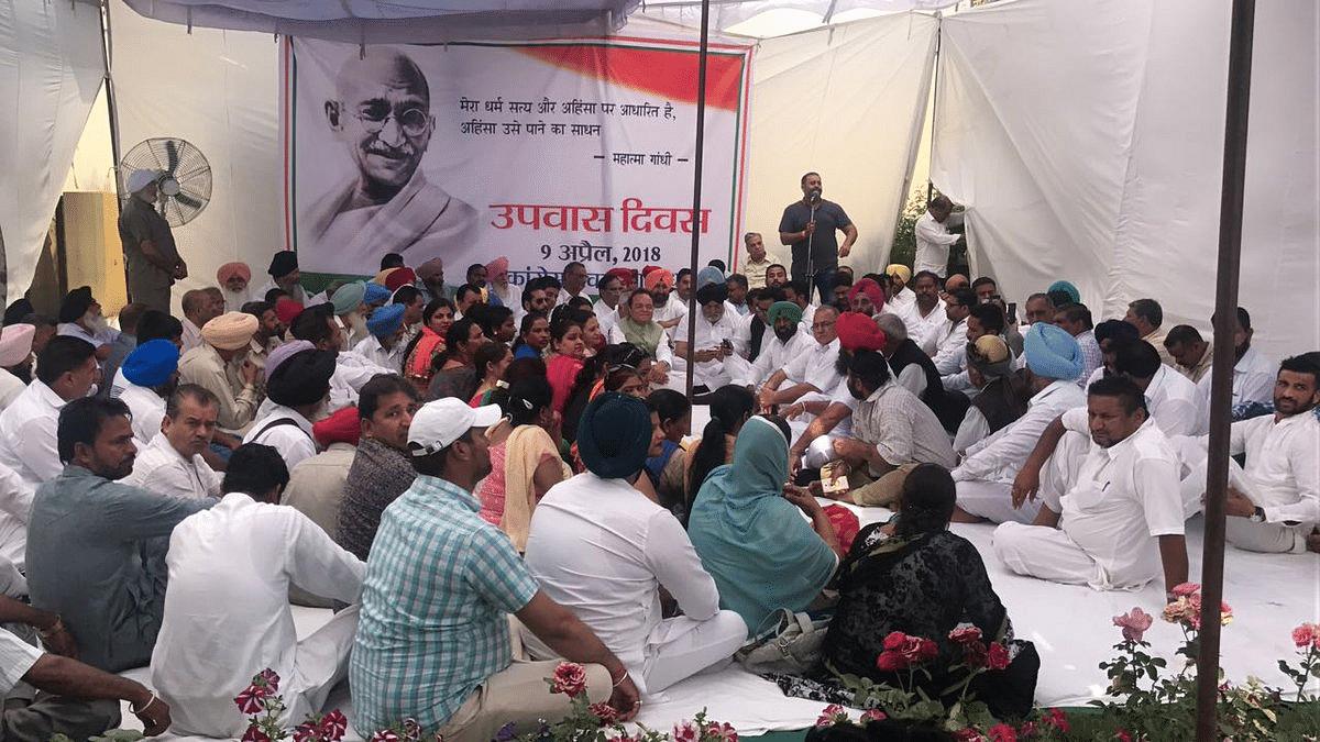Congress leaders protest at Raj Ghat