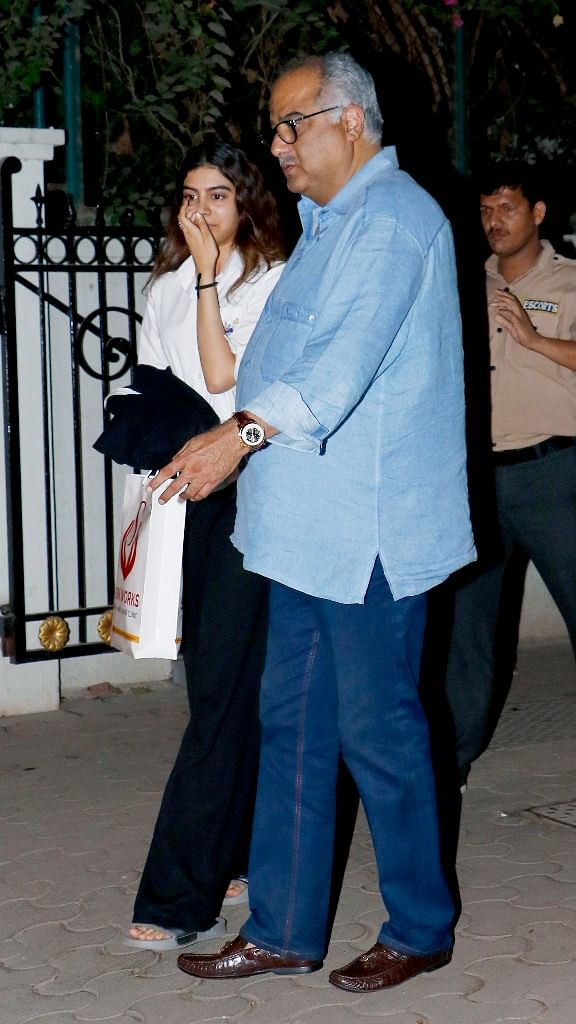 Khushi spotted with dad Bonny Kapoor outside Arjun Kapoor's house.