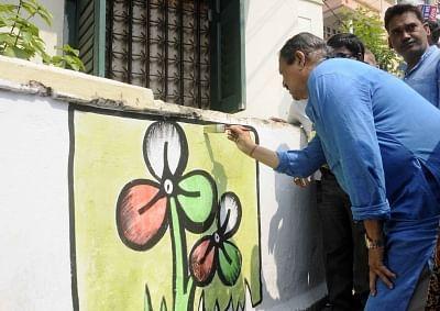 Kolkata: West Bengal Panchayat  Minister and  Trinamool Congress leader Subrata Mukherjee paints a graffiti ahead of legislative polls in Ekdalia of Kolkata on March 5, 2016.