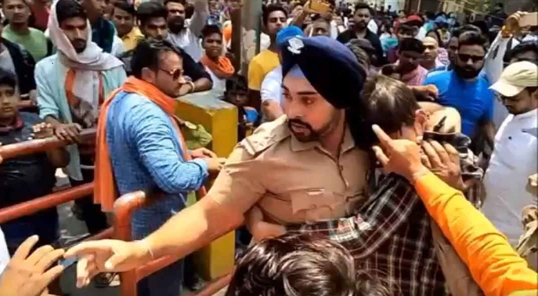 Uttarakhand Cop Protects Muslim Boy From Angry Mob in Ramnagar