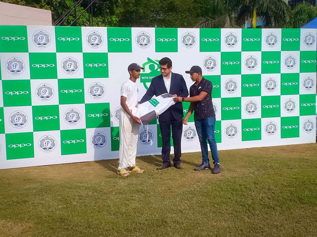 Prithvi Shaw and Anmol Kalra, Brand Manager, OPPO India, with one of the kids.