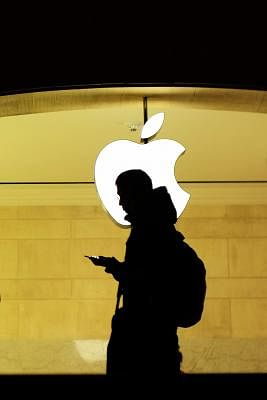 """NEW YORK, Dec. 1, 2017 (Xinhua) -- A man checks his phone at the Apple store inside the Grand Central Terminal in New York, the United States, Nov. 30, 2017. U.S. hi-tech giant Apple Inc. Thursday launched the """"innovative"""" Apple Heart Study app, the first of its kind software program on a mobile device that uses Apple Watch"""