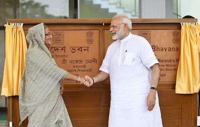 Santiniketan: Prime Minister Narendra Modi and his Bangladeshi counterpart Sheikh Hasina jointly inaugurate the Bangladesh Bhavan at Santiniketan, in West Bengal on May 25, 2018. (Photo: IANS/PIB)