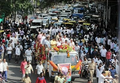 Bengaluru: People participte in the funeral procession of BJP MLA from Jayanagar, B. N. Vijay Kumar who passed way at Jayadeva Institute of Cardiology due to cardiac arrest in Bengaluru on May 4, 2018. (Photo: IANS)