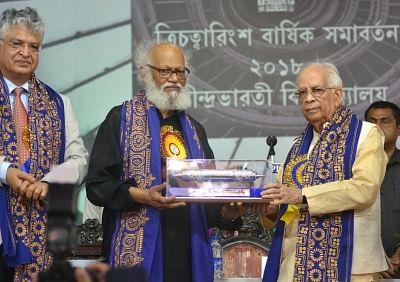 Kolkata: West Bengal Governor Keshari Nath Tripathi confers the degree of D.Litt (honoris causa) to renowned painter Jatin Das during 43rd Convocation of Rabindra Bharati University at Jorasanko Thakurbari in Kolkata on May 8, 2018. (Photo: IANS)