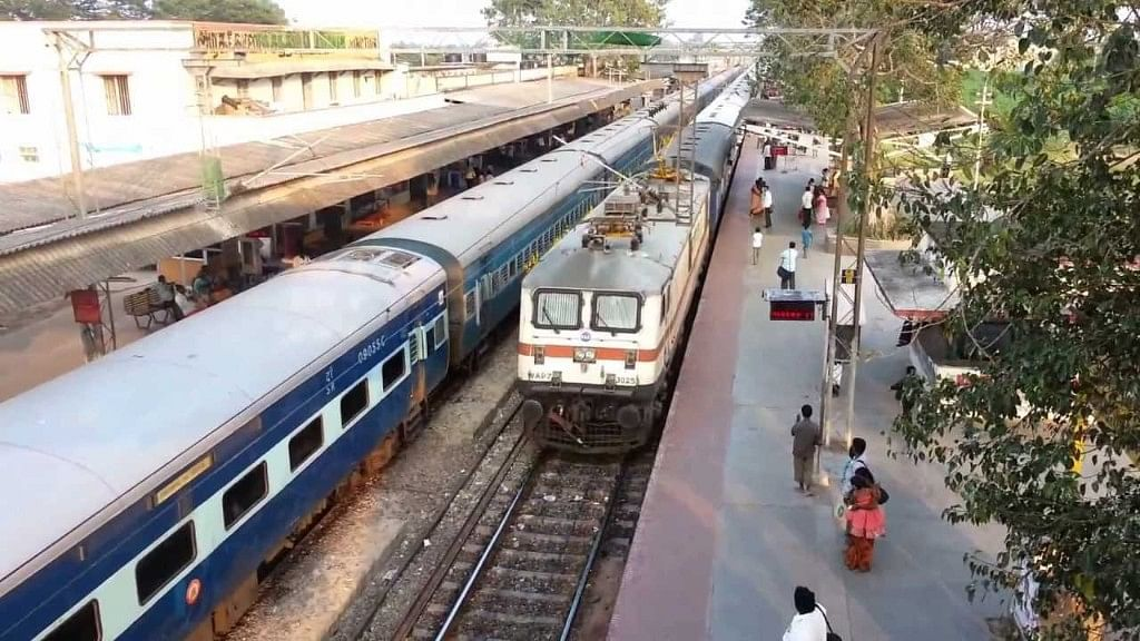 Thousands of rail passengers from Arakkonam and Tiruttani were stranded on Monday, 7 May, as the railway authorities suddenly short-terminated the EMU services.