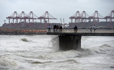 COLOMBO, May 22, 2018 (Xinhua) -- Local residents watch the strong tides during a weather of heavy rains and strong winds in Colombo, Sri Lanka, on May 21, 2018. The death toll from high winds and rains which lashed out across Sri Lanka since Saturday reached eight on Tuesday while over 38,000 people were affected, the Disaster Management Center said in its latest update.  (Xinhua/A.S. Hapuarachchi/IANS)