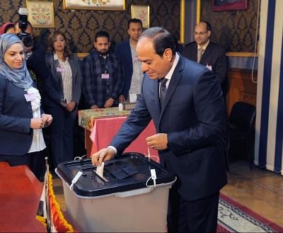 CAIRO, March 26, 2018 (Xinhua) -- Egyptian President Abdel-Fattah al-Sisi (R) casts his ballot at a polling station in Cairo, Egypt, on March 26, 2018. Voting of Egypt