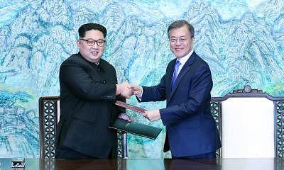 South Korean President Moon Jae-in (R) and Kim Jong Un, top leader of the Democratic People