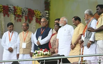 Sindri: Prime Minister Narendra Modi lays the foundation stone of several development projects, in Sindri of Jharkhand on May 25, 2018. Also seen Jharkhand Governor Droupadi Murmu, Chief Minister Raghubar Das and other dignitaries. (Photo: IANS/PIB)