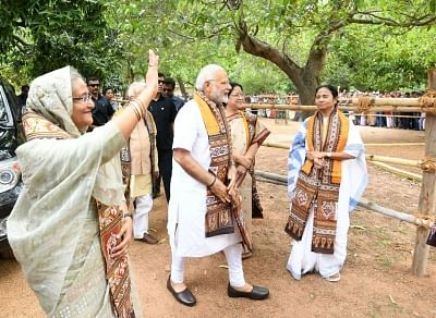 Santiniketan: Prime Minister Narendra Modi and his Bangladeshi counterpart Sheikh Hasina at Santiniketan, in West Bengal on May 25, 2018. Also seen West Bengal Chief Minister Mamata Banerjee. (Photo: IANS/PIB)
