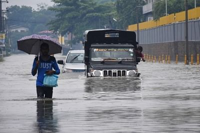 COLOMBO, May 23, 2018 (Xinhua) -- Vehicles are seen in flood water in suburban areas of Colombo, Sri Lanka, on May 23, 2018. The death toll from high winds and rains which lashed out across Sri Lanka since Saturday reached eight on Tuesday while over 38,000 people were affected, the Disaster Management Center said in its latest update. (Xinhua/Gayan Sameera/IANS)