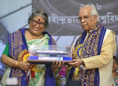 Kolkata: West Bengal Governor Keshari Nath Tripathi confers the degree of D.Litt (honoris causa) to eminent writer Professor Nabaneeta Dev Sen during 43rd Convocation of Rabindra Bharati University at Jorasanko Thakurbari in Kolkata on May 8, 2018. (Photo: IANS)