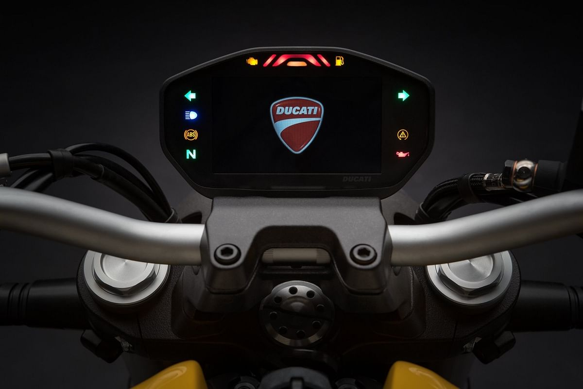The TFT instrument cluster of the Ducati Monster 821.