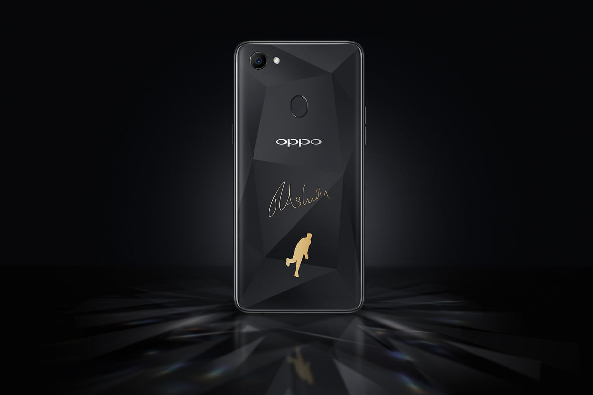 The phone's shimmery diamond black exterior makes it all the more attractive.
