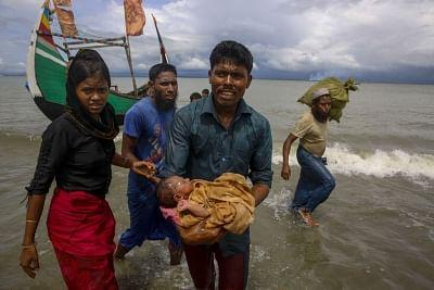 Rohingya refugees arrive at Shah Porir Dwip in Dakhinpara of Bangladesh from Rasidong in Myanmar, on Sept 13, 2017. (Photo: bdnews24/IANS)