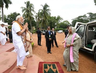 Santiniketan: Prime Minister Narendra Modi welcomes his Bangladeshi counterpart Sheikh Hasina, on her arrival at Santiniketan, in West Bengal on May 25, 2018. (Photo: IANS/PIB)