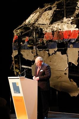 GILZE-RIJEN AIR BASE (THE NETHERLANDS), Oct. 13, 2015 (Xinhua) -- Dutch Safety Board director Tjibbe Joustra stands in front of the reconstructed cockpit of flight MH17 as he presents the investigation report on the cause of its crash, at the Gilze-Rijen air base, the Netherlands, on Oct. 13, 2015. The crash of flight MH17 on 17 July last year was caused by the detonation of a 9N314M-type warhead launched from eastern Ukraine using a Buk missile system, said the investigation report published Tu