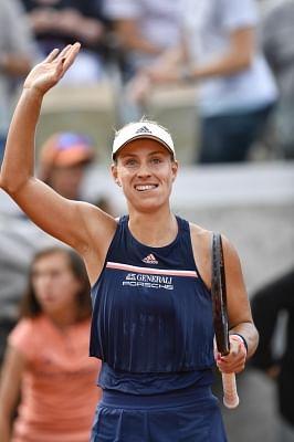 PARIS, June 4, 2018 (Xinhua) -- Angelique Kerber of Germany greets the spectators after winning the women