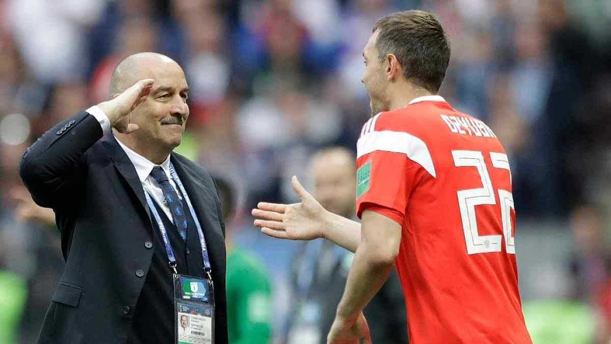 Russia head coach Stanislav Cherchesov (left) salutes Russia's Artem Dzyuba during the Group A match between Russia and Saudi Arabia at the Luzhniki stadium in Moscow on Thursday.