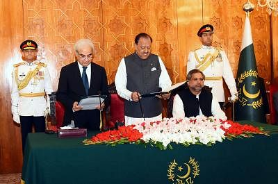 ISLAMABAD, June 1, 2018 (Xinhua) -- Photograph released by the Press Information Department (PID) on June 1, 2018 shows Pakistani President Mamnoon Hussain (C Front) administers the oath to Nasir-ul-Mulk (L Front) as caretaker Prime Minister during an oath-taking ceremony at the President House in Islamabad, capital of Pakistan. Pakistan